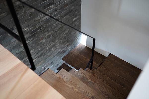 吹き抜け階段 アイアン 無垢 レンガの壁